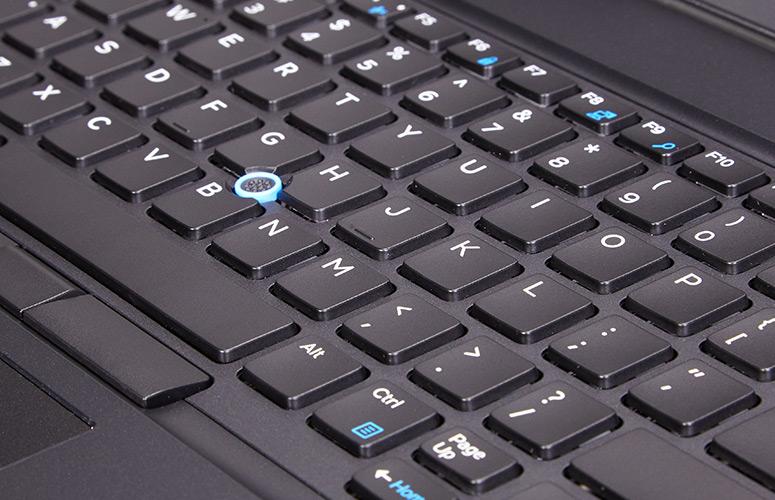 Bàn di chuộttrên Dell Precision 7510 có kích thước lớn, trơn mịn giúp di chuyển rất chính xác. Máy trang bị nút track-point tiện lợi cho người không thích dùng touchpad. Phía trên touchpad là 2chuộttrái phải để sử dụng cùng track-point.